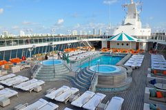 Кристаллический бассейн открытой палубы туристического судна спокойствия в Майами стоковая фотография