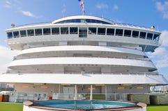 Кристаллический бассейн экипажа открытой палубы туристического судна спокойствия в Майами стоковые фотографии rf