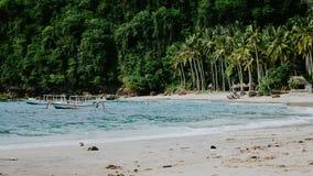 Кристаллический залив, пальмы на песчаном пляже с некоторыми местными шлюпками в океане Nusa Penida Бали Стоковая Фотография RF