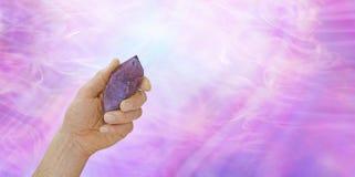 Кристаллический исцелитель с большой amethyst палочкой Стоковое Изображение RF