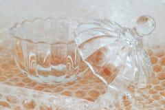Кристаллический шар при крышка подготовленная для упаковки с прозрачным обручем пузыря для упаковывать хрупкие вещи, конец вверх стоковая фотография