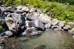 Кристаллическое чистое маленькое озеро, малая заводь в скалистых горах стоковые фотографии rf