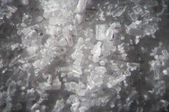 Кристаллы креатина микроскопом Атлетическая пищевая добавка в конце-вверх supermacro деталей Белые cristales на черной предпосылк стоковое фото rf