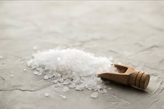 Кристаллы соли моря в деревянном конце-вверх ветроуловителя на конкретной предпосылке Небольшой лопаткоулавливатель с солью моря  стоковое фото