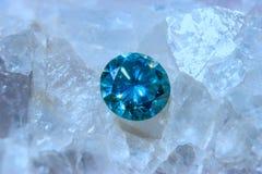 Кристаллы фторита и голубой диамант - фото макроса Стоковое Фото