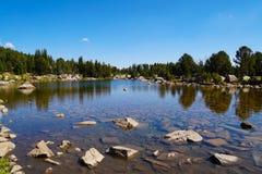 Кристально ясное озеро высокая гор стоковое изображение