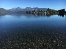 Кристально ясное спокойствие разума мира озера стоковые фотографии rf