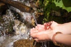 Кристаллическая вода от чистой весны Стоковые Фото