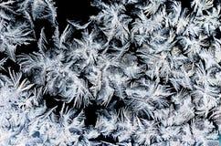 Кристаллическая картина заморозка на холодном стекле утра Стоковое Фото