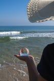 Кристаллическая сфера в руке Стоковые Изображения