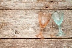 Кристаллические стекла на деревянной предпосылке Стоковые Изображения
