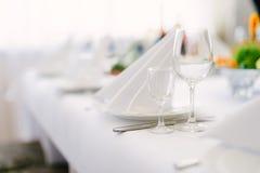 Кристаллические стекла для вина на праздничной таблице Стоковые Фото