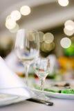 Кристаллические стекла для вина на праздничной таблице Стоковые Фотографии RF