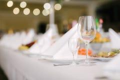 Кристаллические стекла для вина на праздничной таблице Стоковое Изображение