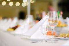 Кристаллические стекла для вина на праздничной таблице Стоковая Фотография RF