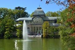 Кристаллический дворец с фонтаном Стоковое Фото
