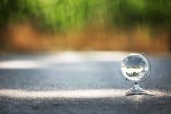 Кристаллический глобус на пути, зачатие перемещения Стоковое Изображение RF