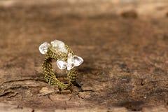 Кристаллическое кольцо на старой деревянной доске Стоковое фото RF