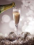 Кристаллическое роскошное стекло шампанского с бутылкой шампанского Стоковые Фотографии RF