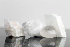 Кристалл кварца uncut и падение закончили, излечивать концепции и en стоковые изображения rf