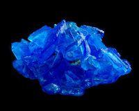 Кристалл халкантита пентагидрата сульфата меди изолированный на черноте Стоковое Изображение RF