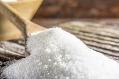 Кристаллы сахара на деревянной ложке Стоковое фото RF