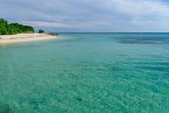 Кристалл - ясный и мелководья на островах tropi Стоковое Изображение