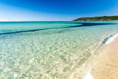 Кристл - чистая вода на пляже Pampelonne около St Tropez, французской ривьеры, azur ` Коута d, Франции стоковые изображения