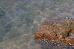 Кристл - ясная морская вода и превосходное чистое, видит утесы на дне океана природы моря, под водой в ясности пляжа и очищает, w стоковая фотография