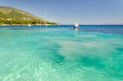 Кристл - ясное Адриатическое море в острове Brac, Далмации, Хорватии стоковая фотография rf