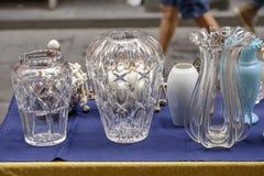 Кристл - ясные винтажные вазы на продаже на уличном рынке, Chiavari, Стоковое фото RF