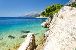Кристл - чистая вода Адриатического моря в Brela на Makarska Ривьере, Далмации, Хорватии стоковые фото