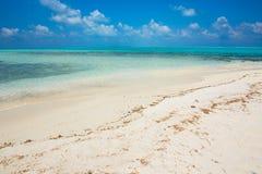 Кристл - ясная вода бирюзы на тропическом мальдивском пляже Стоковые Фото
