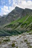 Кристл - ясное озеро с refection окружающей горной цепи стоковое фото