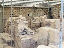 19 06 2015, КРИТ, ГРЕЦИЯ Археолог копая экскаватором на старом r Стоковое Изображение