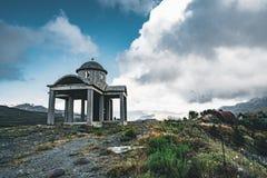 Крит, Греция, малая незаконченная церковь, изумительная часовня покинутая в камнях гор и утесы с голубым небом, солнечным стоковые изображения