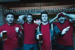 Кричать вентиляторов спорт унылый перед пивом ТВ выпивая на баре спорт Стоковые Изображения RF