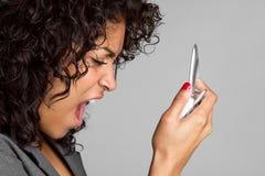 кричать женщины телефона стоковые изображения