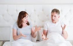 Кричать кавказских пар семьи среднего возраста сердитый в кровати Концепция отношения конфликта Диалог супруга и жены стоковые фотографии rf