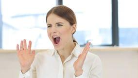 Кричащая женщина в офисе Стоковые Фотографии RF