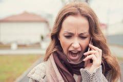 Кричащая женщина имея converstation телефона снаружи Стоковые Изображения