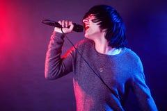 Кричащий вокалист на концерте стоковые фото
