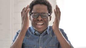 Кричащий, сердитый африканский человек идя сумасшедший в депрессии сток-видео