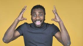 Кричащий сердитый случайный африканский человек изолированный на желтой предпосылке сток-видео