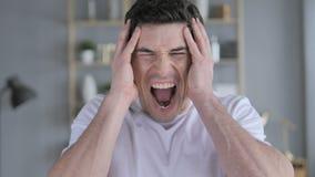 Кричащ, кричащий молодой человек в гневе видеоматериал