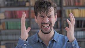 Кричащ, кричащий случайный молодой человек в гневе видеоматериал