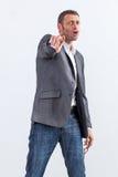 Крича бизнесмен обвиняя указанное кто-то с индексом Стоковая Фотография RF