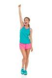 Крича женщина в одеждах спорт пробивая воздух Стоковое Фото