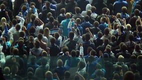 Крича футбольные болельщики, сторонники стойки стадиона объединяются в команду, ultras сток-видео