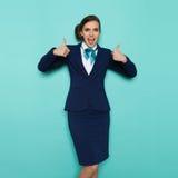 Крича Stewardess показывает большие пальцы руки вверх стоковые фотографии rf